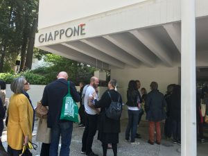 日本館で展示を見るために並ぶ人々
