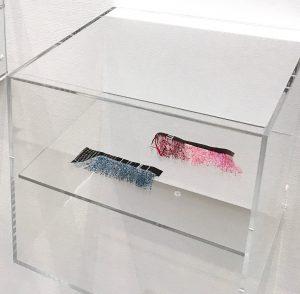 藤岡祐機さんの作品の展示風景。ごく普通のはさみでチラシなどの紙を切って作る