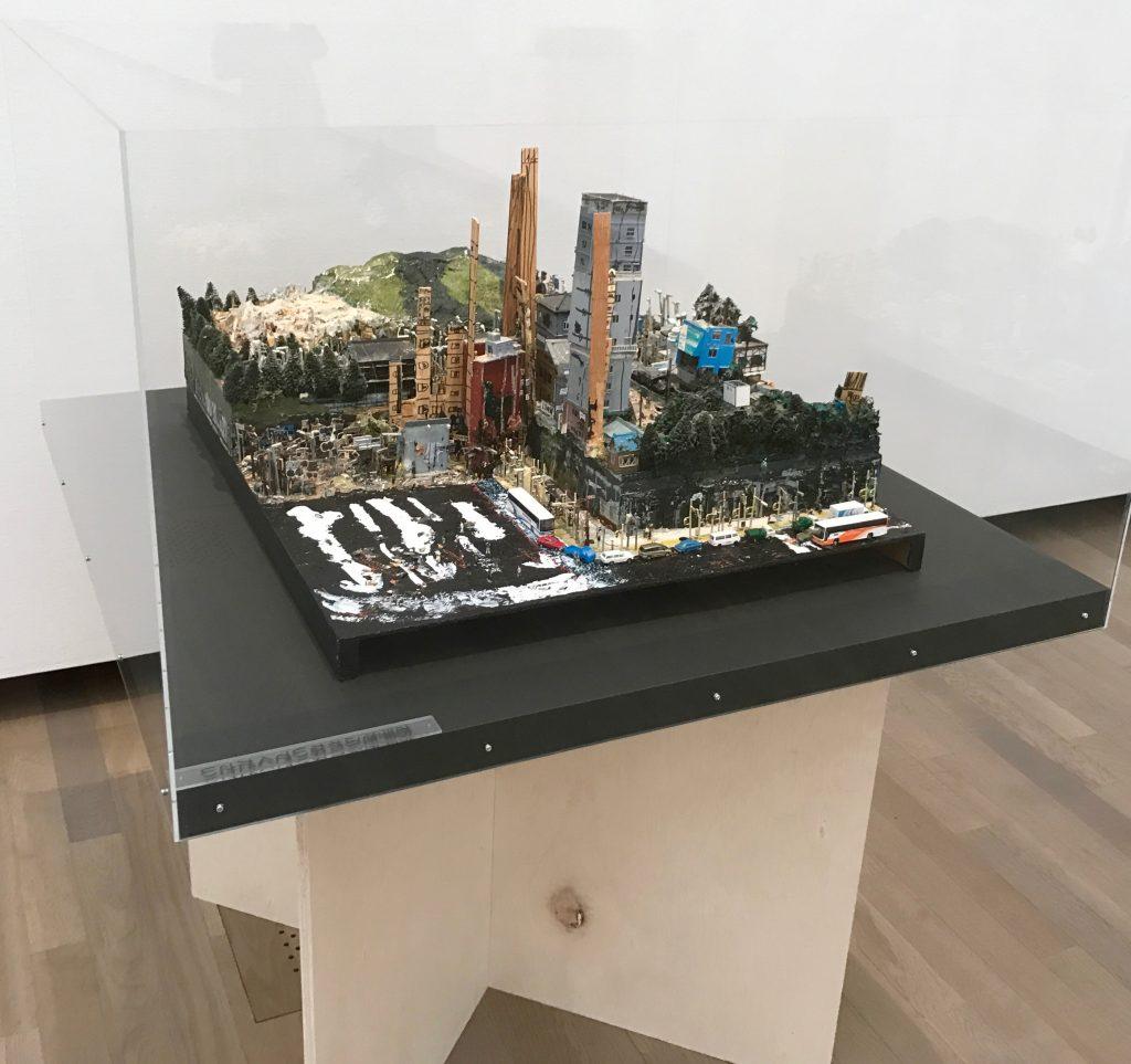 「ART」の部に出品した水村英喜さんの作品の展示風景。自分の部屋の中に作った「都市」だ。前山さんによると「一度できた作品を壊し、また作り直している」という。水村には〝完成〟という概念がないのかもしれない。美術の専門家にも新鮮な考え方だ