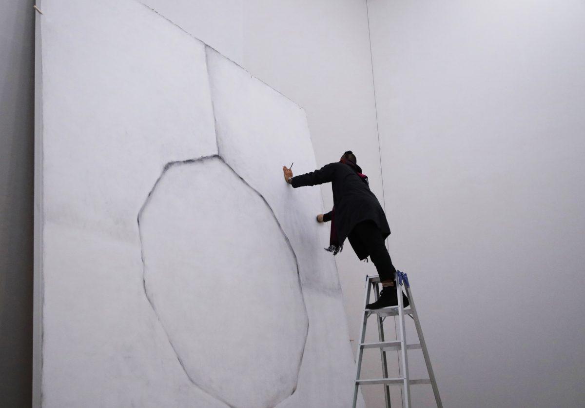 タイトル:スワンソングAのために<人生最終作のための習作><br /> 素材:レクチャーパフォーマンスを主としたライブインスタレーション(公開練習)<br /> サイズ:44日間 11:00−18:00(Fri,Sat 20:00)1回約20分<br /> 制作年:2018<br /> 写真:Kiichi Kawamura<br />