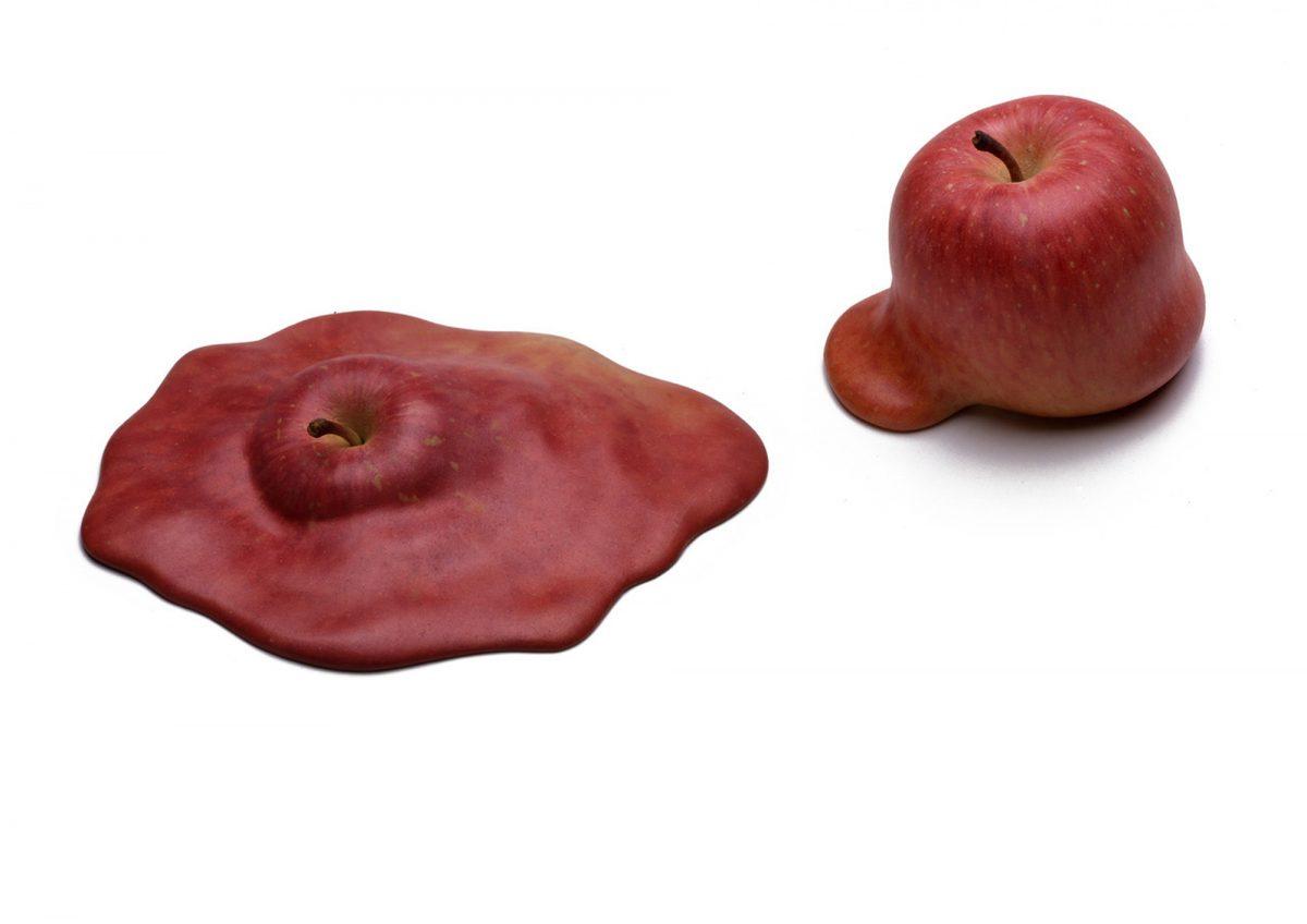 タイトル:Knowledge<br /> 素材:無発泡ウレタンに油彩、木材<br /> サイズ:りんご実物大<br /> 制作年:2005<br /> 写真:Yasunori Tanioka<br />