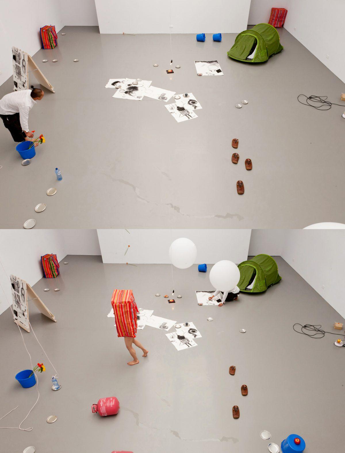 タイトル:On Alongsideness<br /> 素材:ライブインスタレーション(靴、花、風船、ヘリウムガス、袋、人間、木炭、紙、果物、彫刻、バケツ、水、皿、木、など)<br /> 制作年:2013<br /> 写真:Tamara Kuselman<br />