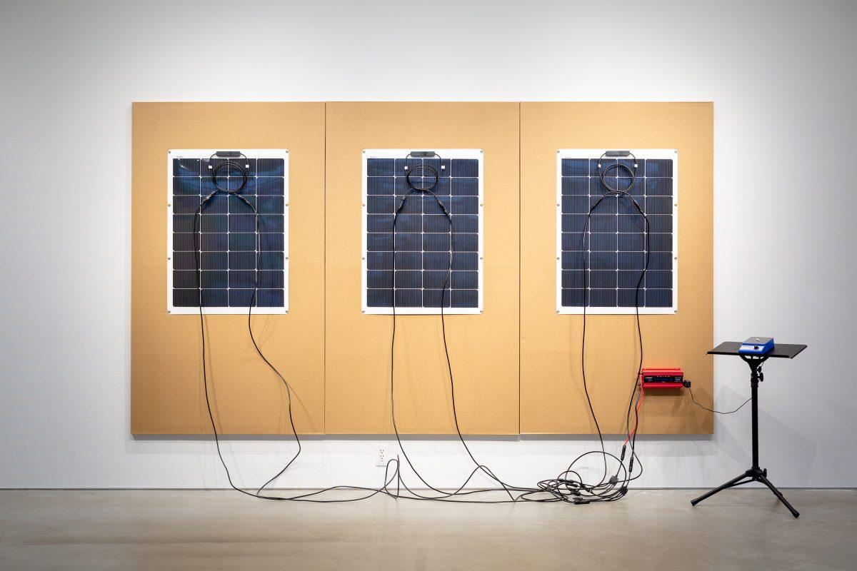 「アクセプションペインティング」  ,  ボール紙、ソーラーパネル、インバーター、マグネチックスターラー  ,  190 × 330 cm  ,  2019