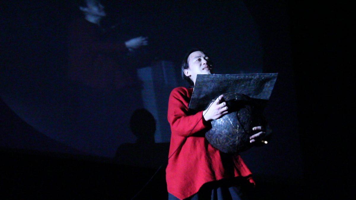 オブジェ+朗読:『フィルム石磨き、フィルム石置き去り』8mm・16mm・35mmフィルム、鉄板 2013年