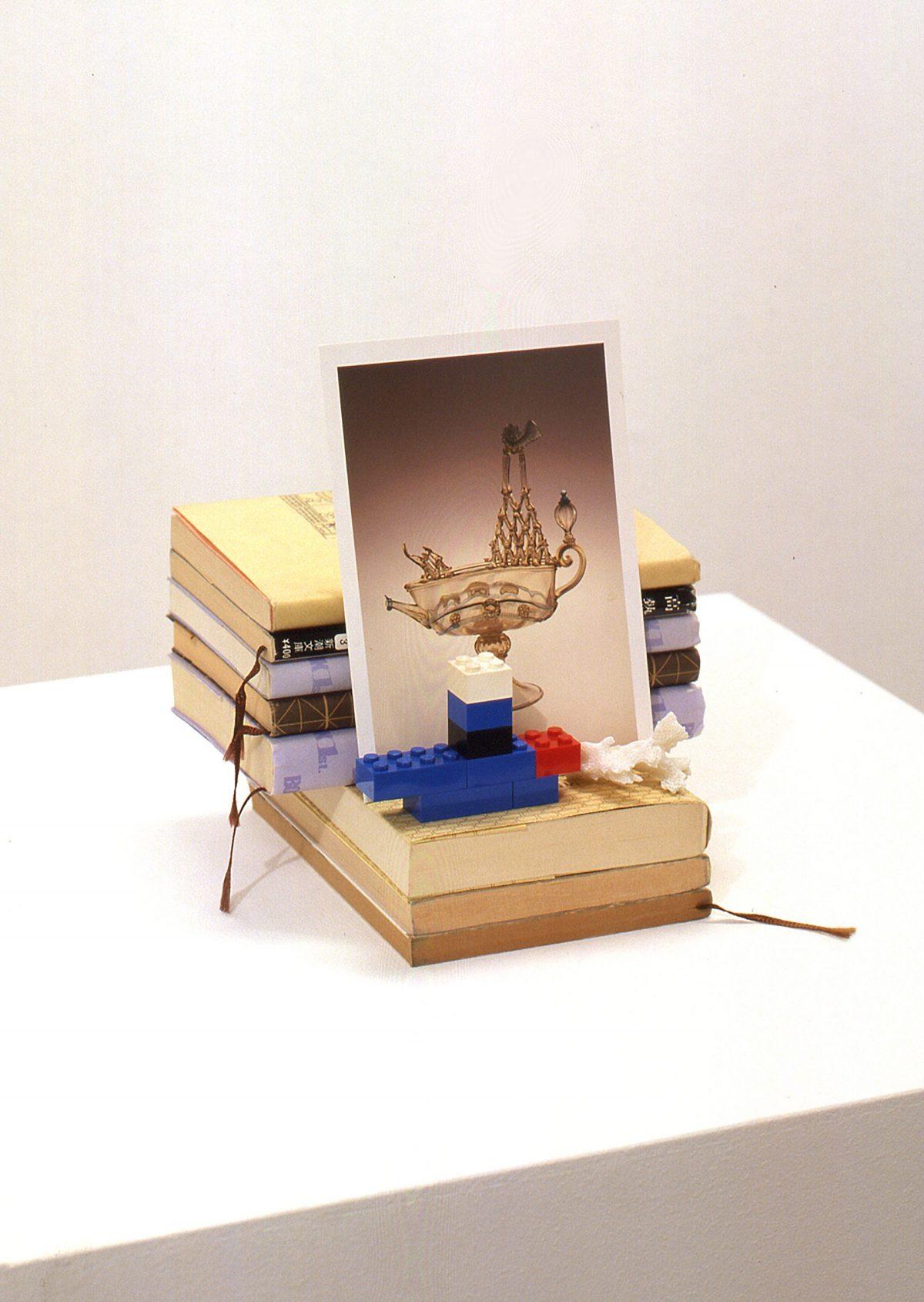 置物セット/ 文庫本、絵葉書、レゴ、珊瑚、配置図付/ 19×19×19 / 2002